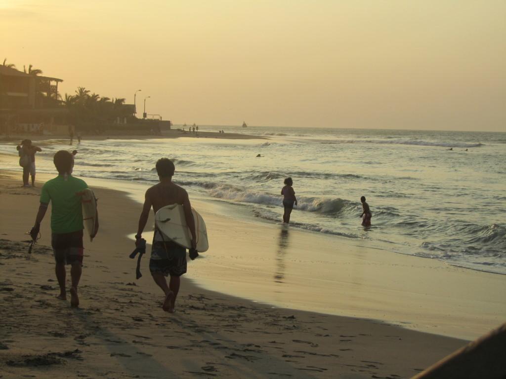 Surfers-in-Máncora-Peru